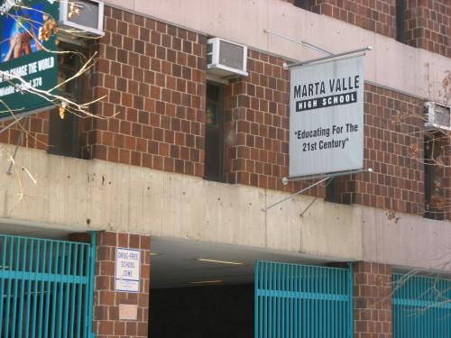 foto van een uithangbord op de muur van de Marata Valle High School