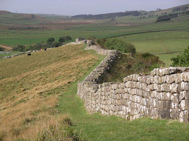 640px-Hadrian's_wall_at_Greenhead_Lough