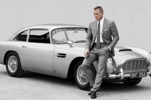 foto van de acteur Daniel Craig als James Bond bij diens favoriete auto