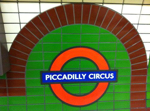 foto van een detail van een tegelmuur in de Londense metro waarop de woorden Piccadilly Circus staan